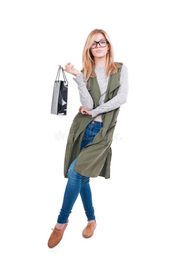 Blonde het vrouwelijke stellen met document zak royalty-vrije stock afbeeldingen