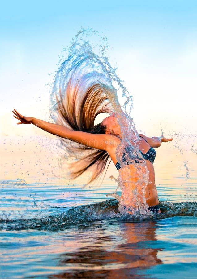 Blonde in het water golvende haar royalty-vrije stock afbeeldingen