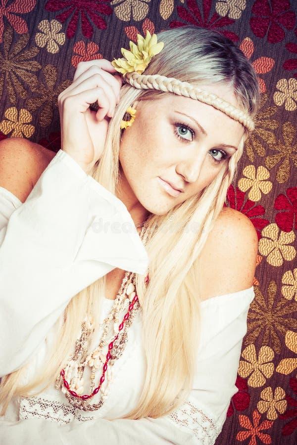 Blonde Hippie-Frau lizenzfreies stockfoto