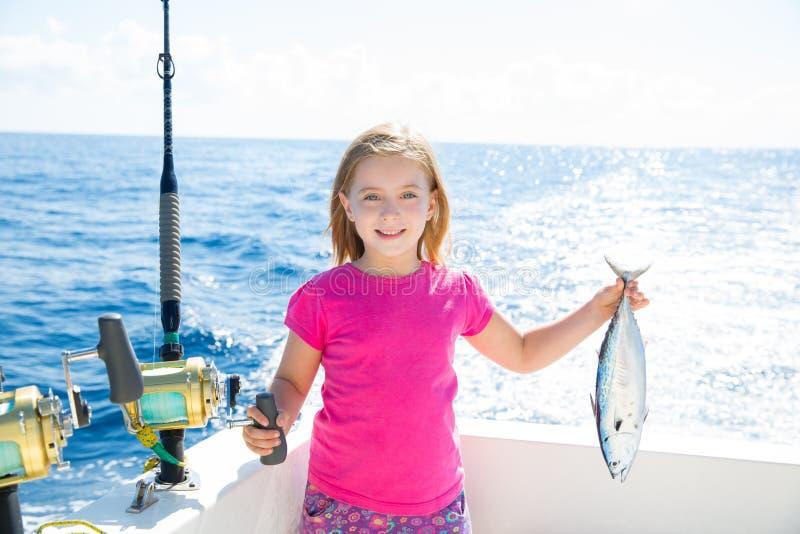 Blonde jong geitjemeisje visserijtonijn weinig tonijn gelukkig met vangst stock afbeelding