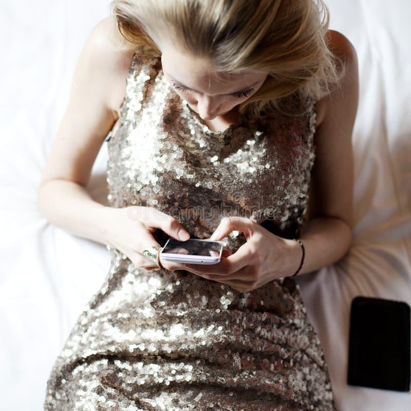 Blonde jong meisje met cellphone royalty-vrije stock foto
