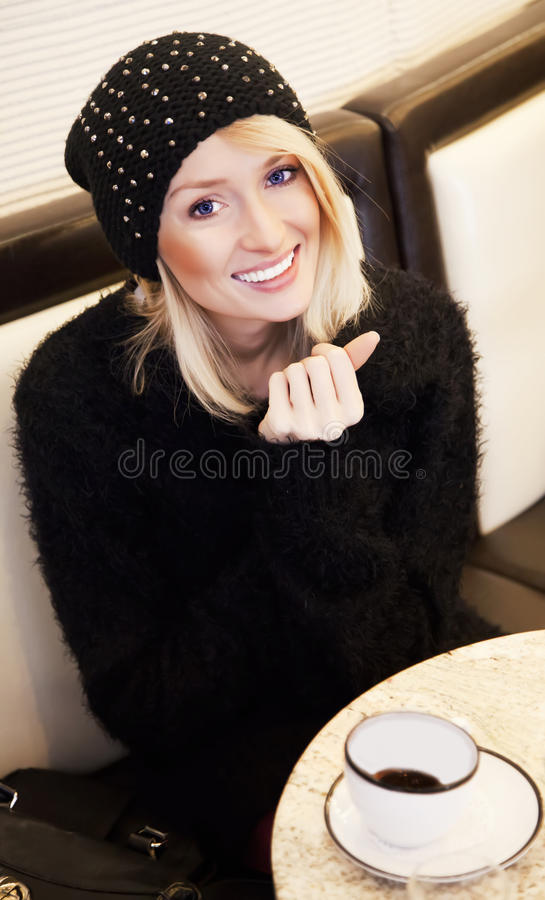 Blonde jonge meisje het drinken koffie stock fotografie