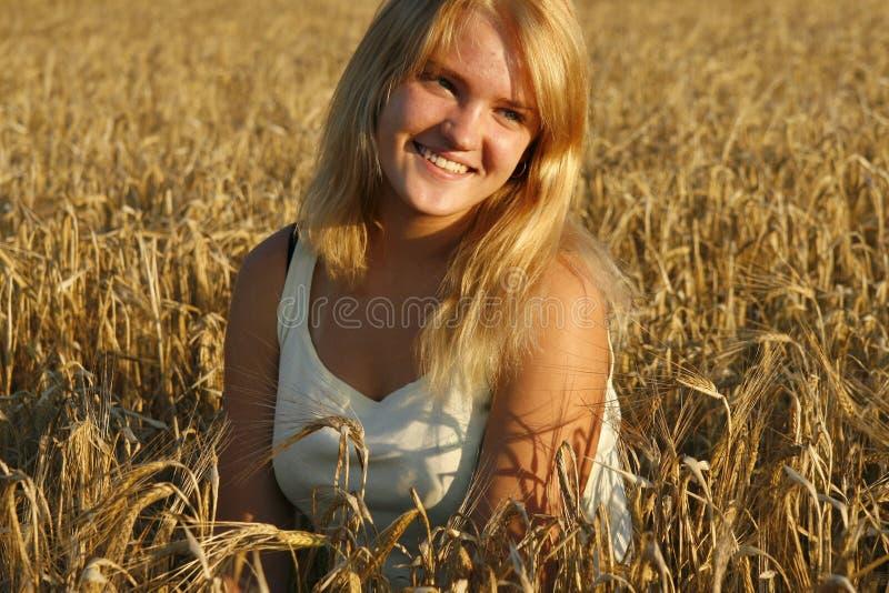 Blonde jonge vrouw die zoet glimlacht. royalty-vrije stock afbeelding