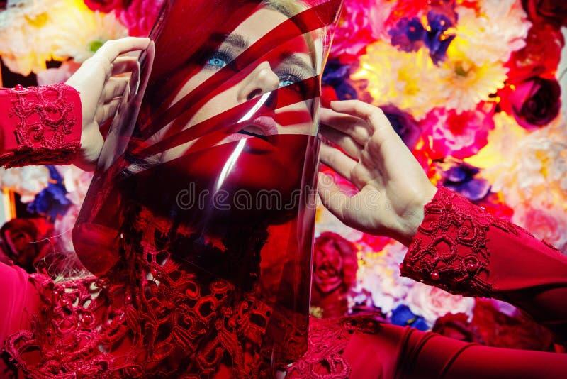 Blonde jonge vrouw met plastic masker royalty-vrije stock fotografie