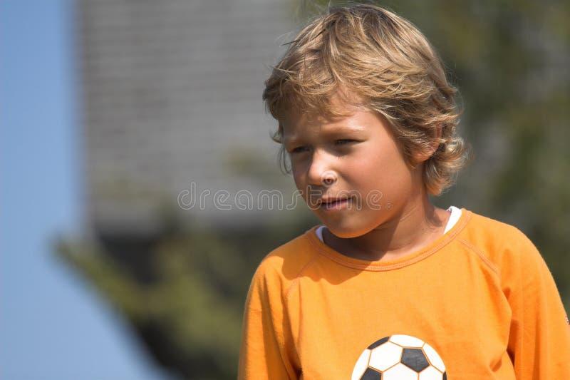 Blonde jongen in openlucht stock afbeelding