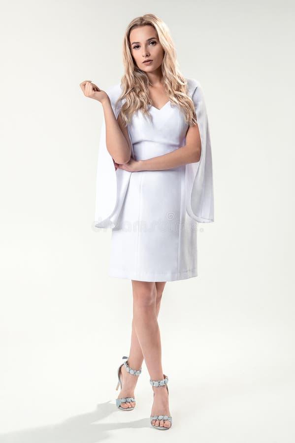 Download Blonde Joven En El Vestido Elegante Blanco Imagen de archivo - Imagen de elegante, hermoso: 100529393