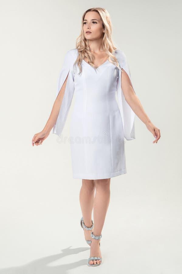Download Blonde Joven En El Vestido Elegante Blanco Foto de archivo - Imagen de retrato, talones: 100529394