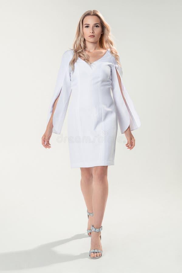 Download Blonde Joven En El Vestido Elegante Blanco Imagen de archivo - Imagen de elegante, atractivo: 100529555