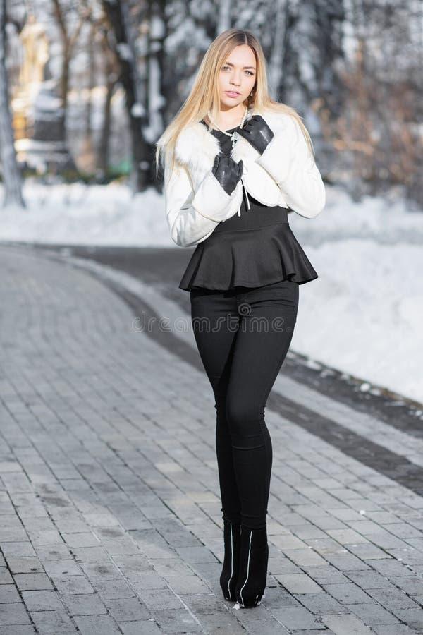 Blonde joven encantador foto de archivo
