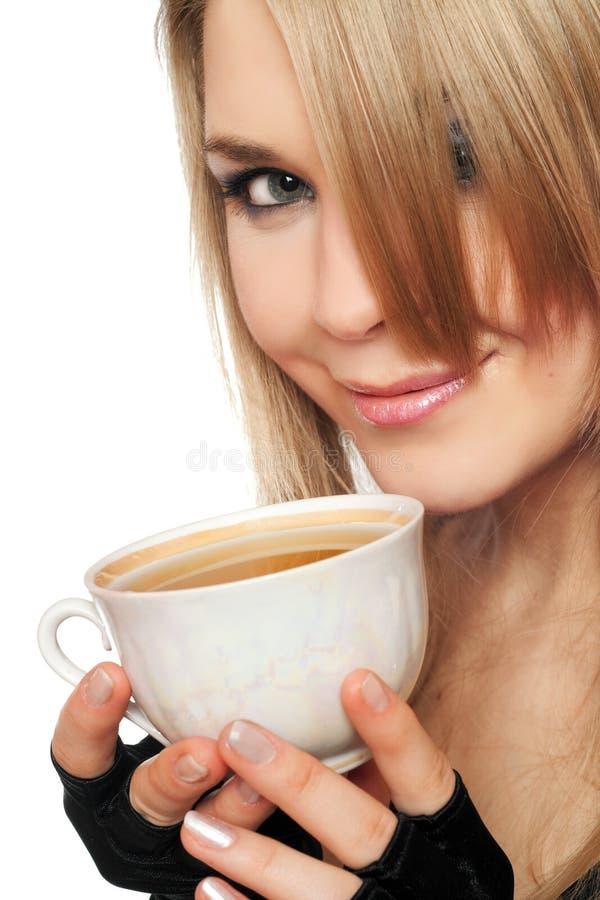Blonde joven encantador sonriente con una taza de té fotos de archivo libres de regalías
