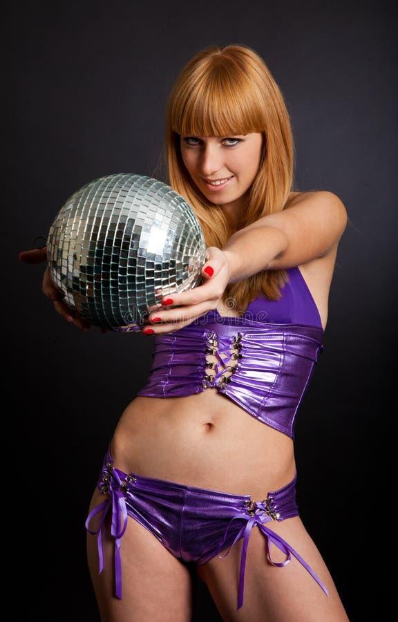 Blonde joven hermoso que sostiene una bola grande del disco fotos de archivo libres de regalías