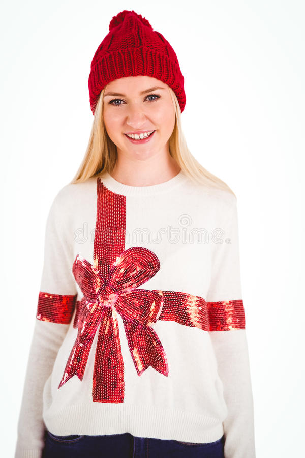 Blonde joyeuse dans le pullover de Noël photo libre de droits