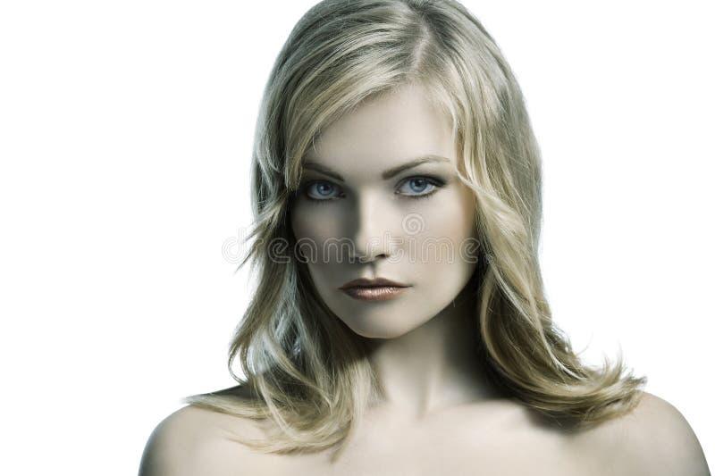 Blonde junge Frau mit dem stilvollen Haar lizenzfreie stockbilder