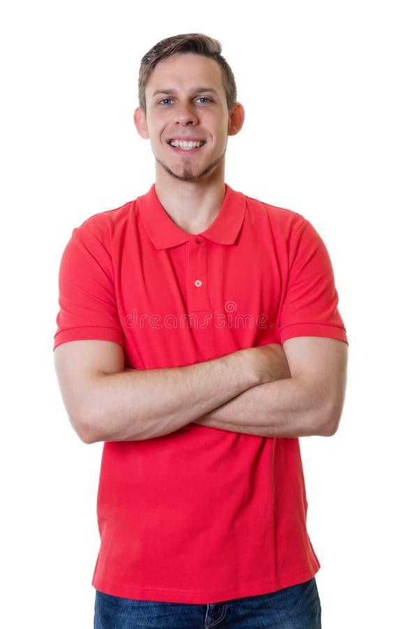 Blonde Kaukasische kerel met rood overhemd en gekruiste wapens royalty-vrije stock afbeelding
