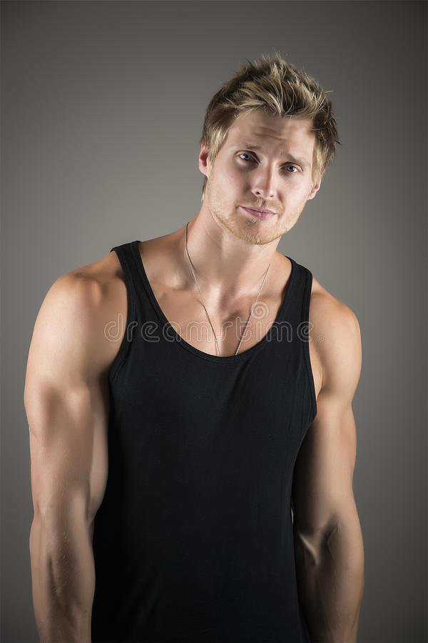 Blonde knappe mens in zwart overhemd royalty-vrije stock fotografie