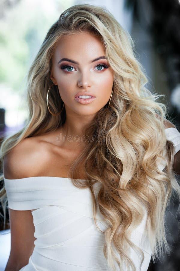 Blonde lächelnde Frau stockfoto