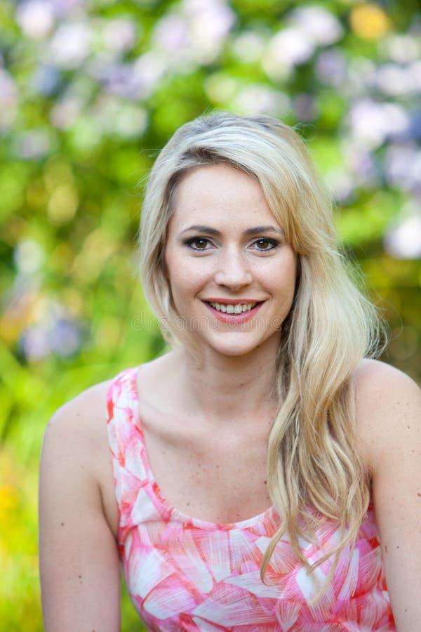 Blonde langharige vrouw met een verrukkende glimlach royalty-vrije stock foto