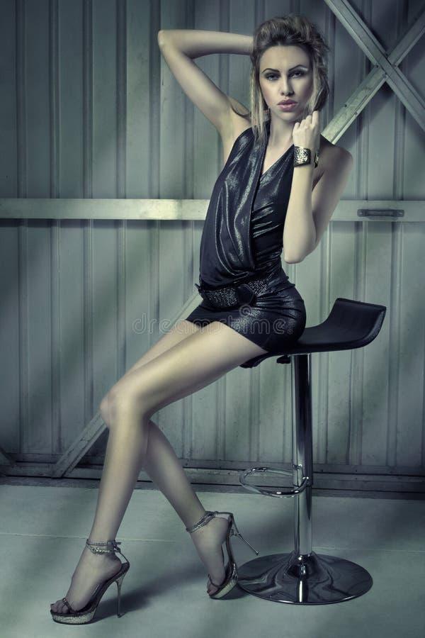 Blonde Leggy na cadeira foto de stock royalty free