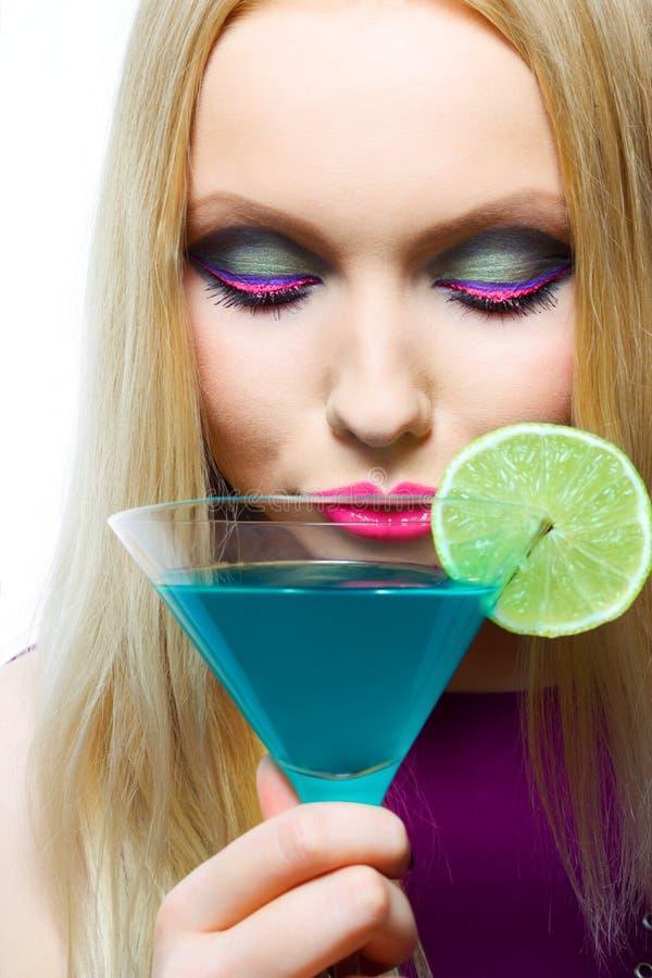 Blonde magnifique avec le cocktail images stock