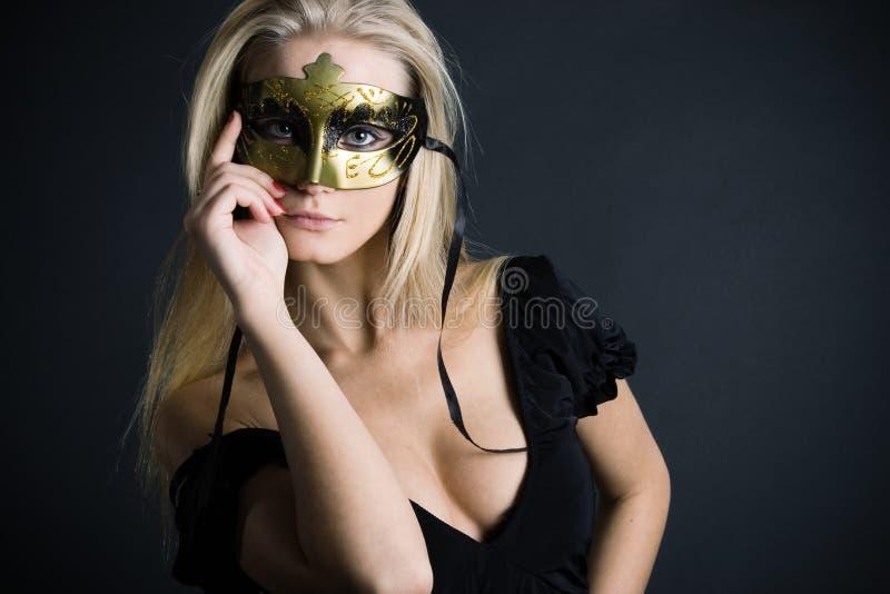Blonde magnifique avec le masque de carnaval photographie stock libre de droits