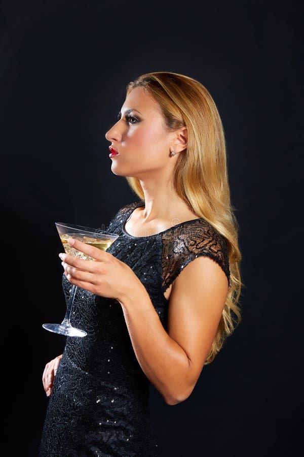 Blonde maniervrouw het drinken vermout kop stock foto