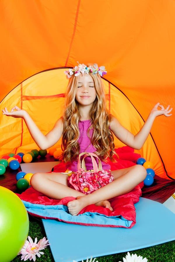 Blonde meisje het praktizeren yoga in het kamperen tent royalty-vrije stock foto