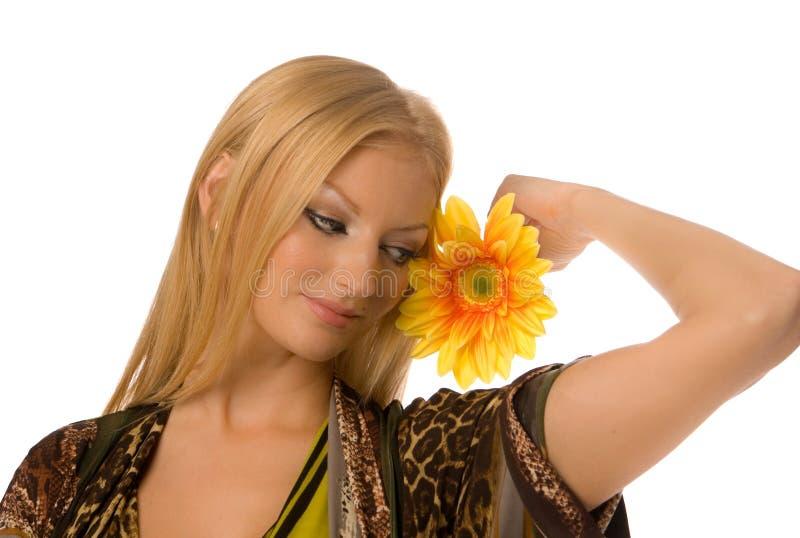 Blonde met geïsoleerde yelllowbloem royalty-vrije stock fotografie