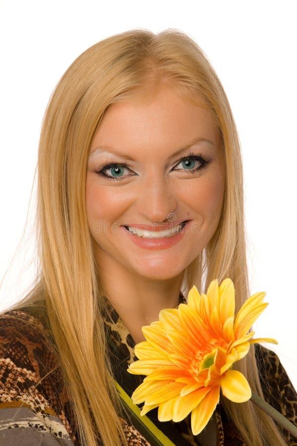 Blonde met geïsoleerdei yelllowbloem royalty-vrije stock fotografie