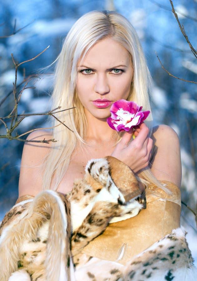 Blonde met orchidee stock afbeeldingen