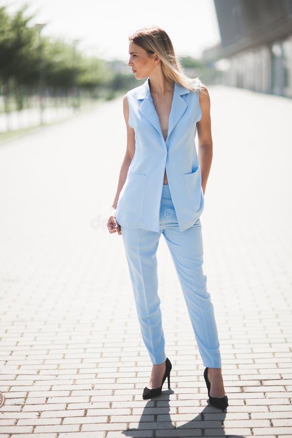 Blonde Mode-Modell-Geschäftsfrau im Sommermatrosen und blaue Hose entspricht Schuhen des hohen Absatzes stockfotos