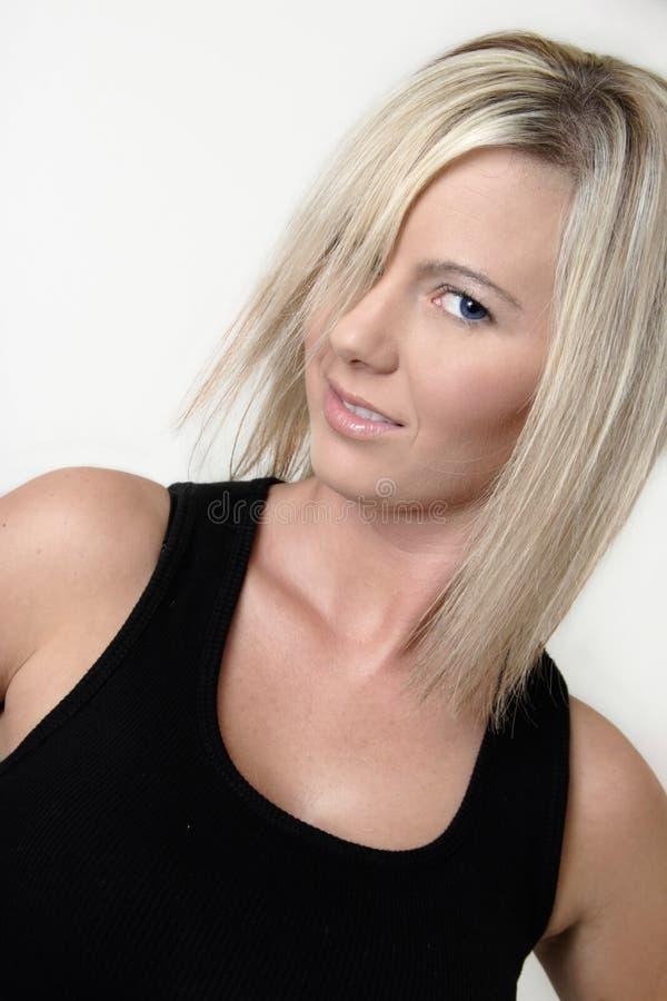 Blonde model van het platina in zwart mouwloos onderhemd royalty-vrije stock foto's