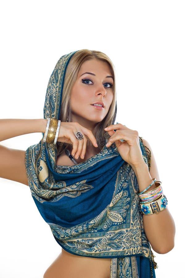 Blonde in monili indiani fotografie stock