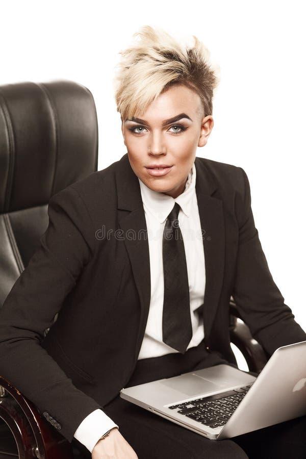 Blonde mooie bedrijfsdame in zwart kostuum stock fotografie