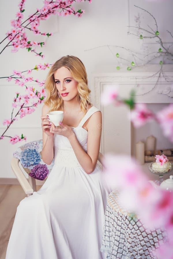 Blonde mooie bruid royalty-vrije stock afbeeldingen