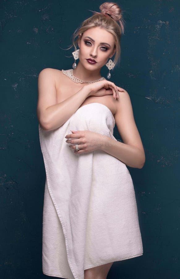Blonde mooie vrouw i witte handdoek stock fotografie