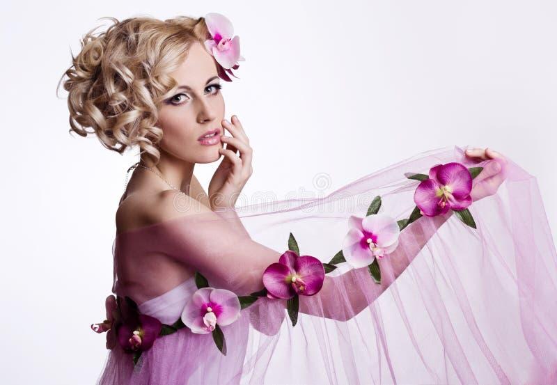 Blonde mooie vrouw met bloemen royalty-vrije stock afbeeldingen