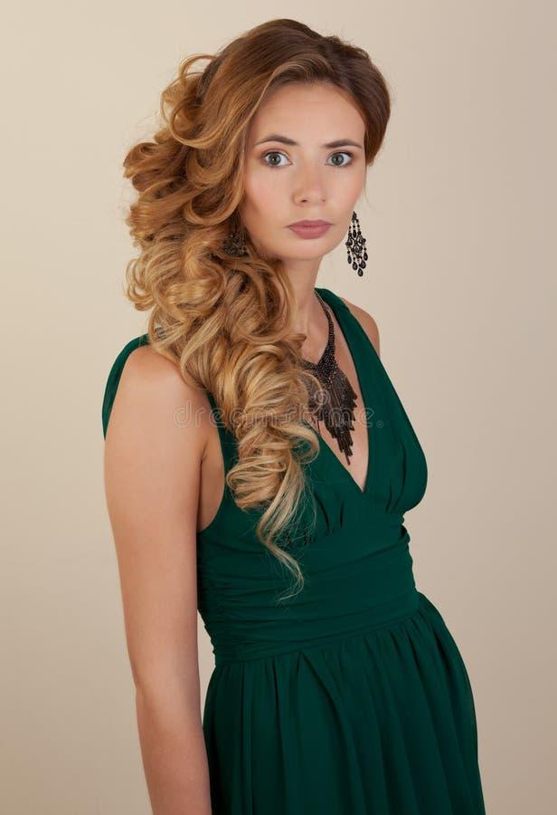 Blonde mooie wonan met krullend kapsel royalty-vrije stock afbeelding