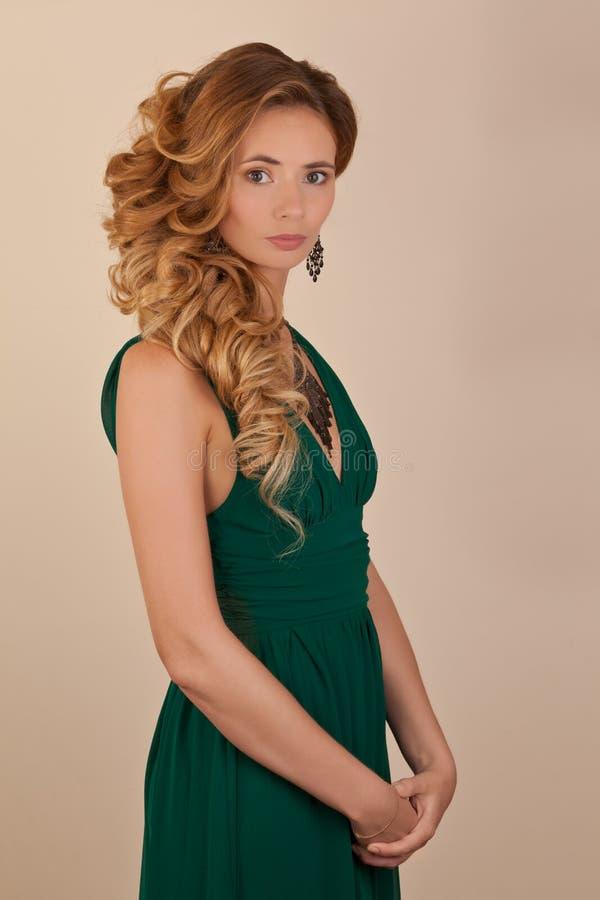 Blonde mooie wonan met krullend kapsel stock foto