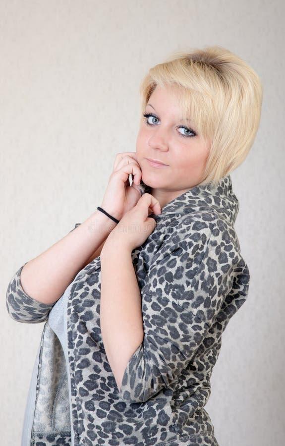Blonde no cinza imagens de stock