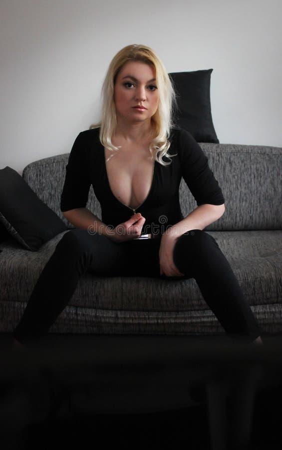 Blonde no preto foto de stock