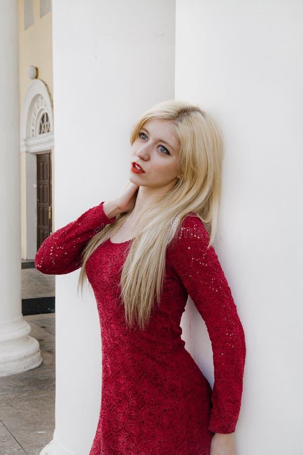 Download Blonde No Vestido De Noite Vermelho Foto de Stock - Imagem de desejo, humano: 26509198