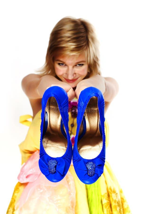 Blonde novo com sapatas azuis fotografia de stock