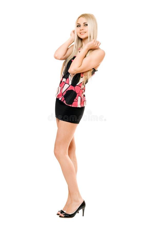 Blonde novo de sorriso no miniskirt preto fotografia de stock