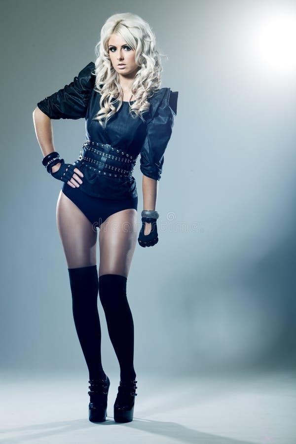 Blonde novo na roupa do preto da forma elevada foto de stock royalty free