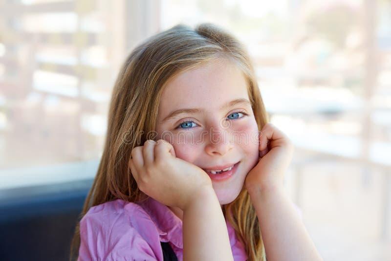 Blonde ontspannen gelukkige de uitdrukkings blauwe ogen van het jong geitjemeisje stock foto's