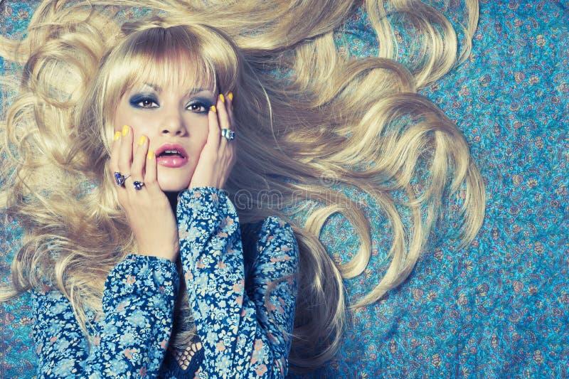 Blonde op Blauw royalty-vrije stock foto