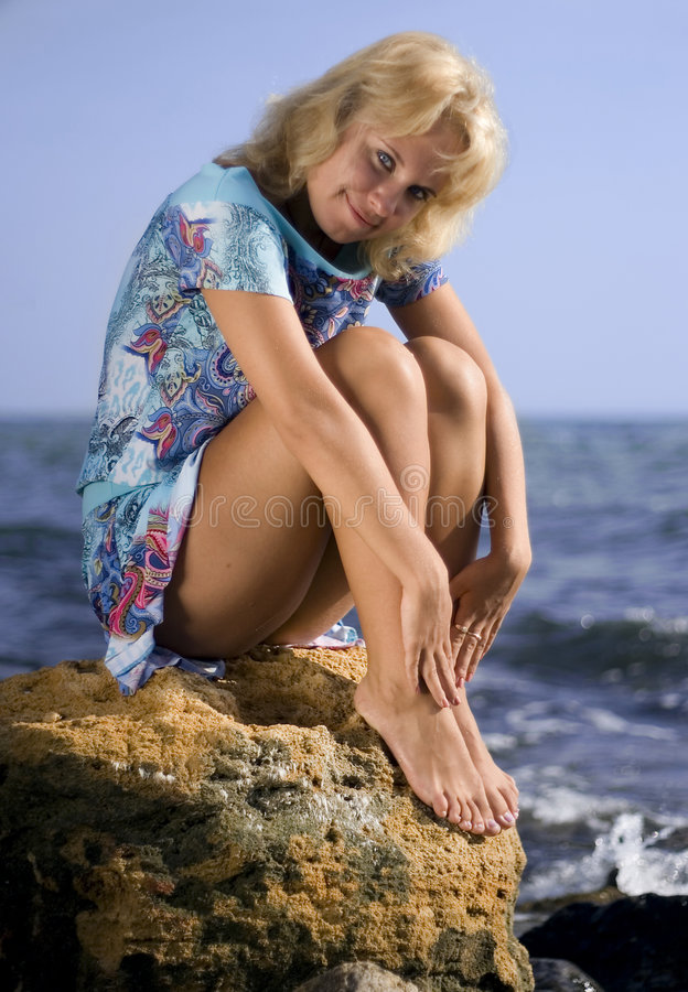 Blonde op een rots royalty-vrije stock afbeelding