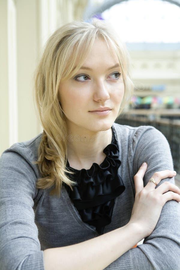 Blonde peinzende vrouw royalty-vrije stock afbeeldingen