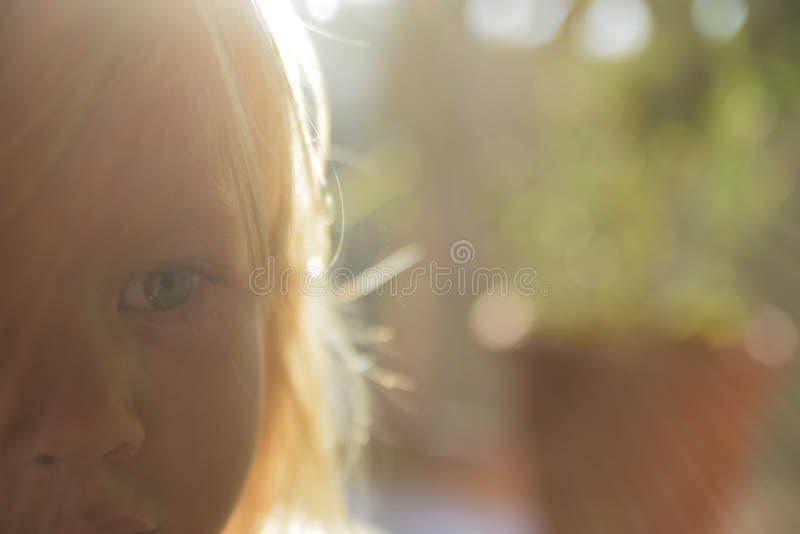 Blonde peu aux yeux bleus photo libre de droits