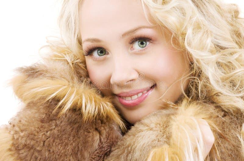 Blonde precioso en piel sobre blanco fotos de archivo